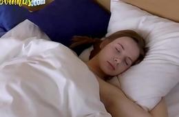 Novinha acorda e ganha uma piroca