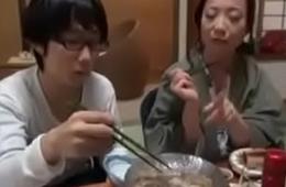 Asiatisch japanische Mutter bekommt geilen Fick von ihrem Nerd Sohn
