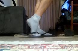Rapaz brincando de chinelo com meia