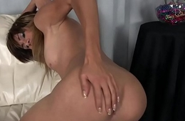 Glamcore tranny shows her ass and wanks off